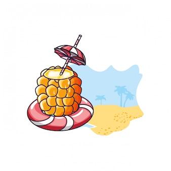 Cocktail van ananas met vlotter op het strand
