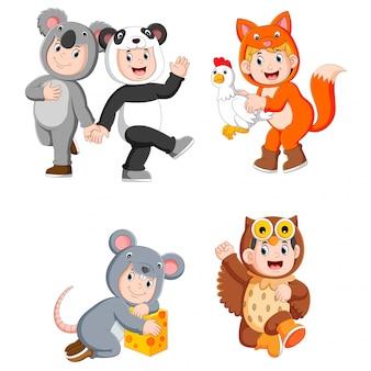 Collectie kinderen die schattige dierenkostuums dragen