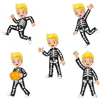 Collectie kinderen met kostuum skelet