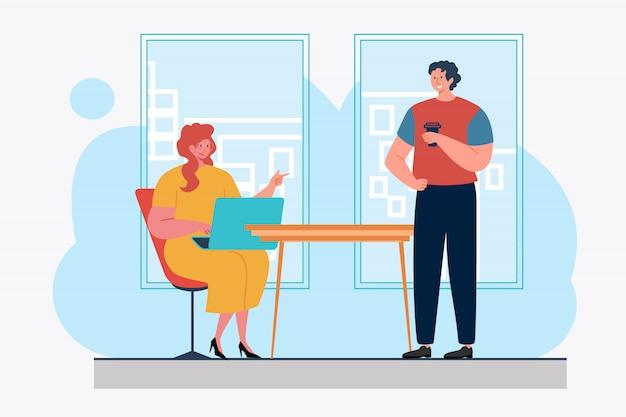 Collega's gebruiken laptop en chatten