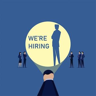 Commercieel team dat nieuwe werknemer inhuurt door te zoeken met flitslicht en schaduw.