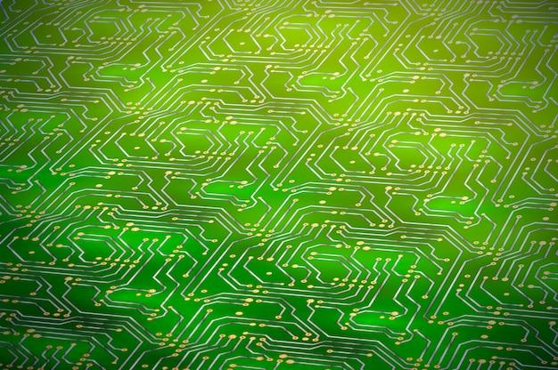 Computer microchip met gouden contacten op groene moederbord in perspectief