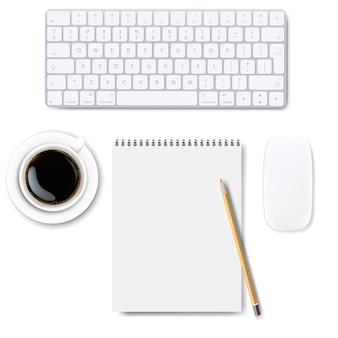 Computertoetsenbord dat op witte achtergrond wordt geplaatst