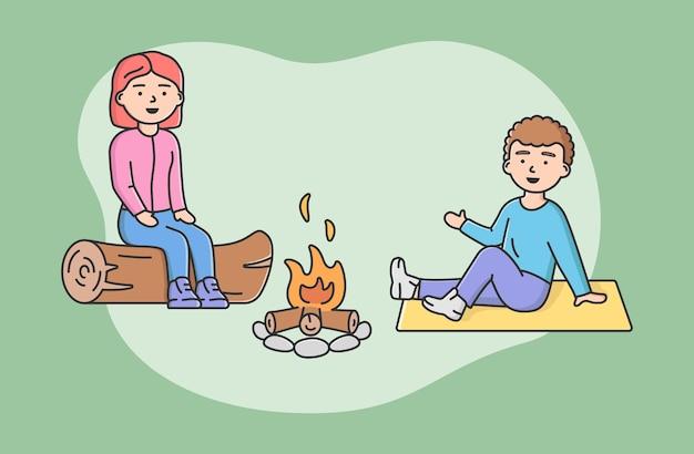 Concept familie tijd doorbrengen. gelukkige moeder en zoon zitten op logboek bij kampvuur samen. mensen communiceren en hebben een goede tijd samen op vakantie. cartoon lineaire omtrek platte vectorillustratie.
