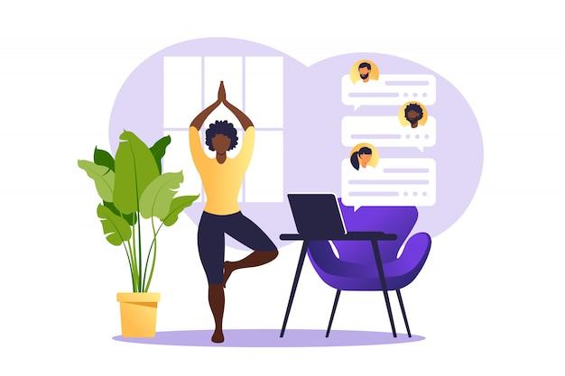 Concept freelancer afrikaanse vrouw het beoefenen van yoga en meditatie op huis. het meisje zit in de lotuspositie, het denkproces, het begin en de zoektocht naar ideeën. tijdsbeheer. .