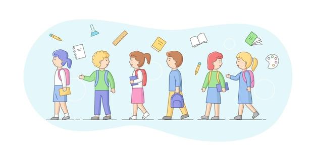 Concept terug naar school. groep schoolkinderen of studenten die op een rij staan. lachende tieners jongens en meisjes met rugzakken, boeken en schoolartikelen. cartoon lineaire omtrek platte vectorillustratie.
