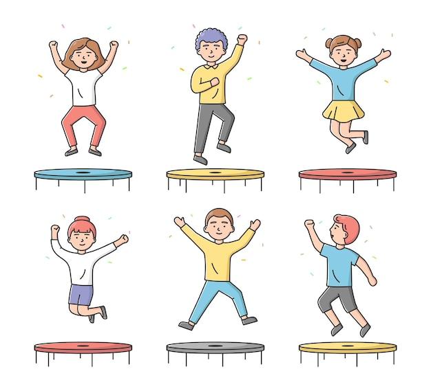 Concept van amusement en sport. aantal tieners jongens en meisjes springen op de trampoline in het activiteitenpark of de sportschool. tekens hebben een goede tijd.
