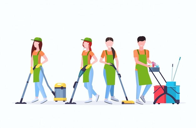 Conciërges team schoonmaak service concept mannelijke vrouwelijke schoonmakers in uniform samen te werken met professionele apparatuur plat volledige lengte horizontaal