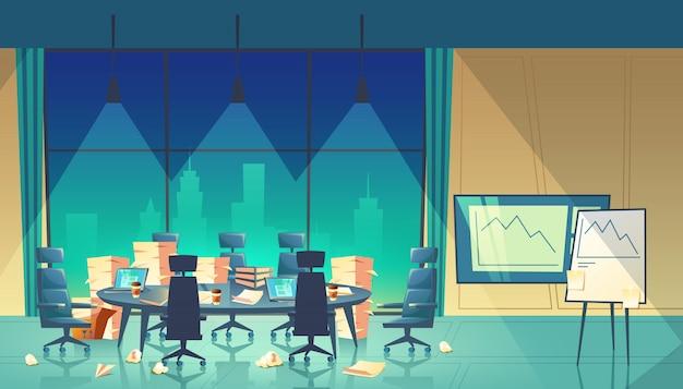 Conferentiezaal voor bedrijfsseminarie, einde werkdag, stapeldocumenten op tafel