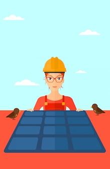Constructor met zonnepaneel.