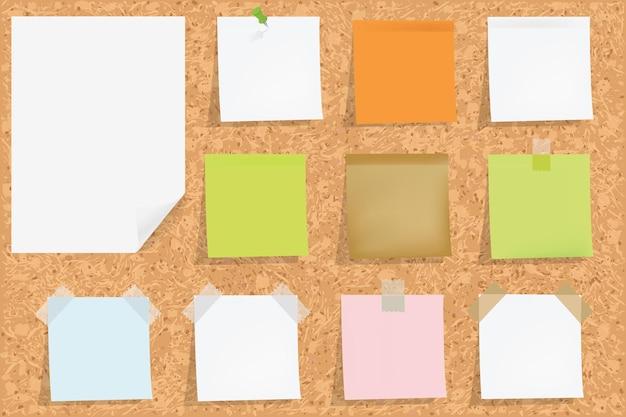 Cork prikbord met lege kleurrijke sticker notities