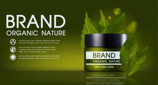 Cosmetica product met crème buis, pot op groene natuur achtergrond.