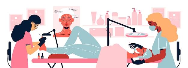 Cosmetologie vrouwensamenstelling met uitzicht op de schoonheidssalon met twee specialisten die pedicure en gezichtsoperaties uitvoeren