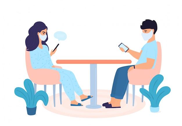 Covid19. familie in quarantaine geplaatst. zelfisolatie. coronapandemie. het concept van thuis blijven. de mens gebruikt gadgets. vrouw is online chatten op smartphone.
