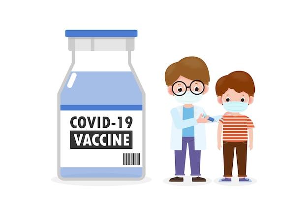 Covid19 of coronavirus vaccinkindervaccinatie met kinderarts die spuit vasthoudt arts houdt een injectie vast vaccinatie kinderen voorkomen en immuniseren kind dat medische maskers draagt om ziekte te voorkomen