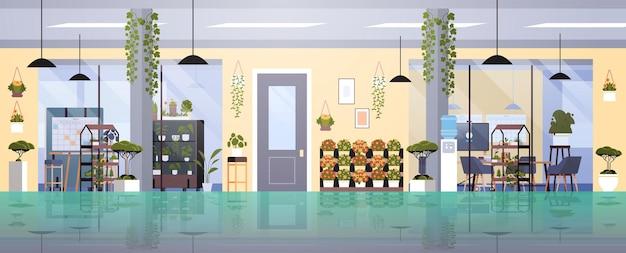 Coworking centrum met potplanten en bloemen op planken tuinieren concept kantoor interieur horizontaal