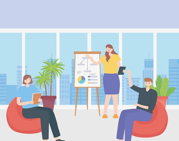 Coworking, vrouw rapporteert staande in de buurt van presentatiebord en mensen uit het bedrijfsleven bijeen.