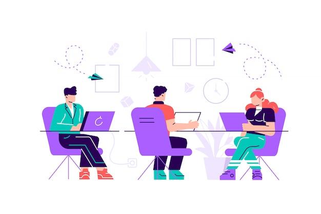 Coworkingruimte met creatieve mensen die aan de tafel zitten. commercieel team dat bij het grote bureau samenwerkt dat laptops met behulp van.