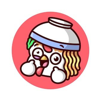 Crazy face kip met een kom noodle op zijn hoofd cartoon mascotontwerp