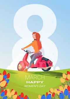 Creatieve 8 maart-wenskaart gelukkige internationale vrouwendag backgrlound met mooi meisje op scooter