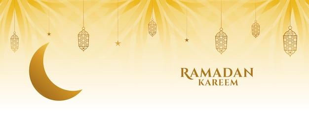 Creatieve ramadan kareem-banner met maan en decoratieve lampen