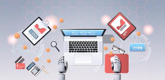 Crypto valutahandel bot block chain concept bitcoin mining robotische handen met behulp van laptop op de werkplek bureauhoek weergave kantoor spullen