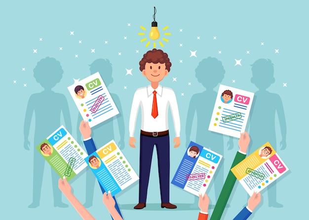 Cv-bedrijf hervat in hand d op achtergrond. verrast gelukkig man met gloeilamp. sollicitatiegesprek, werving, zoek werkgever, aanwervingsconcept. human resource hr-concept.