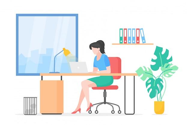 Dame die met vlakke laptop werkt. secretaris, kantoorwerkruimte, werkplek.