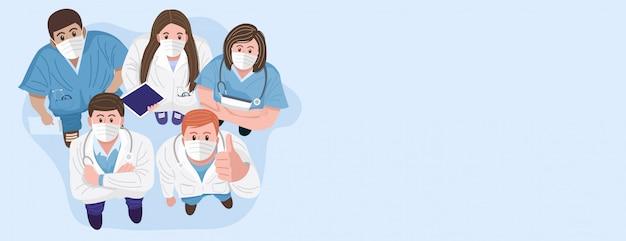 Dank u artsen en verpleegkundigen concept. bovenaanzicht van medische teams dragen maskers en staan kijken camera.