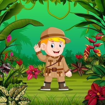 Dappere jongen staat in het midden van het bos