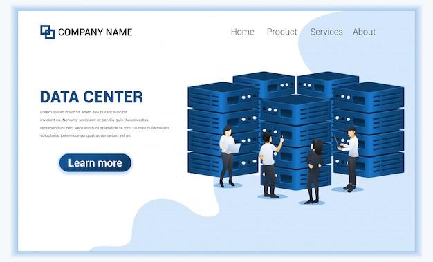 Data center services-concept met mensen die laptop gebruiken die gegevens in frontservers beheert.
