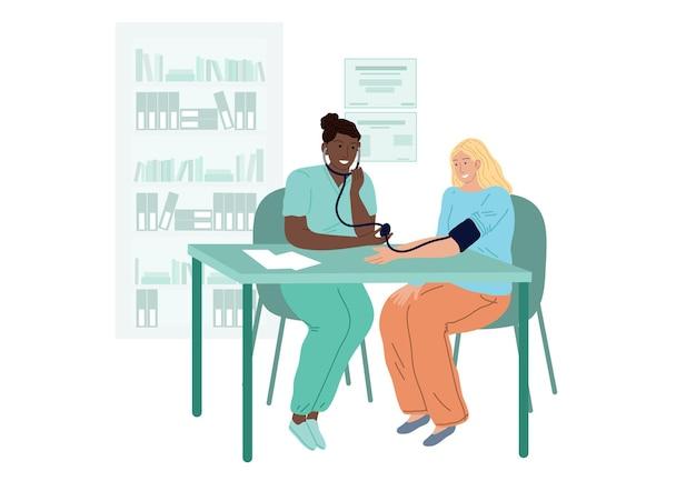 De arts meet de bloeddruk van de patiënt. een vrouw op een afspraak met cardiologen.