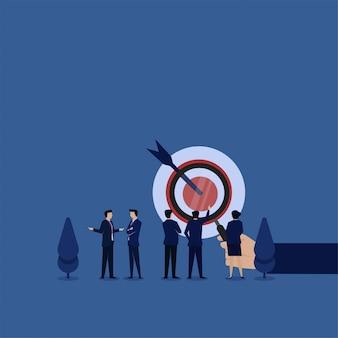 De bedrijfs vlakke conceptenhandgreep overdrijft en team bespreekt over doelmetafoor van doelanalyse.