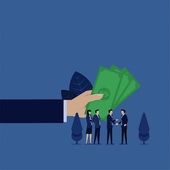 De bedrijfsleider geeft geld aan zijn verwijzingsvriendbeloning.