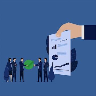 De bedrijfsleider geeft vinkje voor goedkeurend financiën definitief rapport
