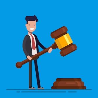 De bedrijfsmens of de manager houden in handen het symbool van de hamerrechtvaardigheid.