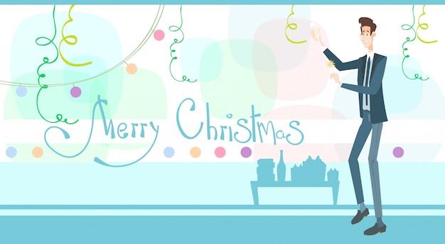 De bedrijfsmens viert vrolijke kerstmis en gelukkig nieuwjaar