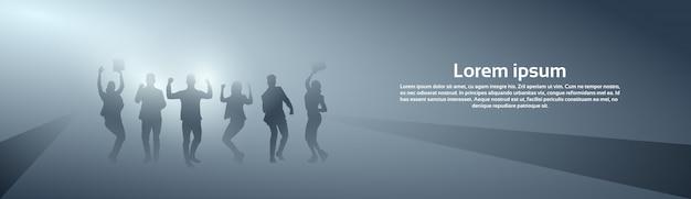De bedrijfsmensen groeperen vrolijk silhouet opgeheven handsucces gelukkig