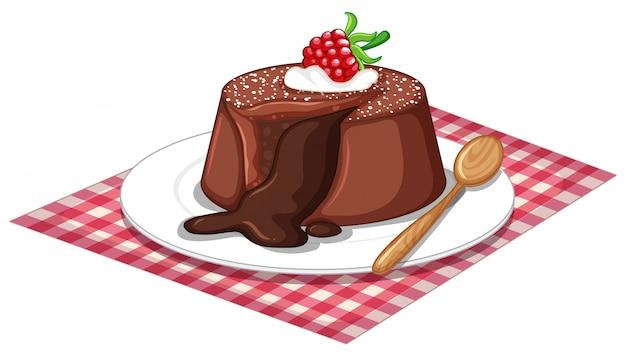 De cake van de chocoladelava en houten lepel op de plaat