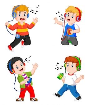 De collectie tiener jongen in grote koptelefoon luisteren naar muziek