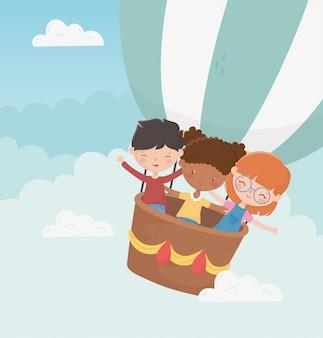 De dag glimlachende jongen en meisjes die van gelukkige kinderen hete luchtballon vliegen