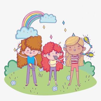 De dag van gelukkige kinderen, band muzikale meisjes met microfoontrompet en maracas