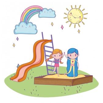 De dag van gelukkige kinderen, meisjes die samen in zandbak en diapark glimlachen