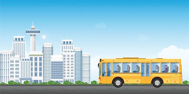 De de dienstbus van het stadsvervoer met passagiers op cityview-achtergrond.