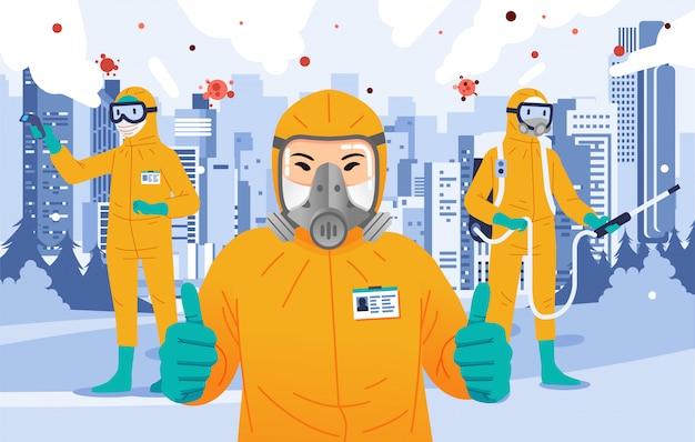 De desinfecterende ambtenaar die geel hazmatkostuum dragen beduimelt omhoog, bespuitend desinfecterend middel en doet lichaamstemperatuurcontrole met stad als achtergrond