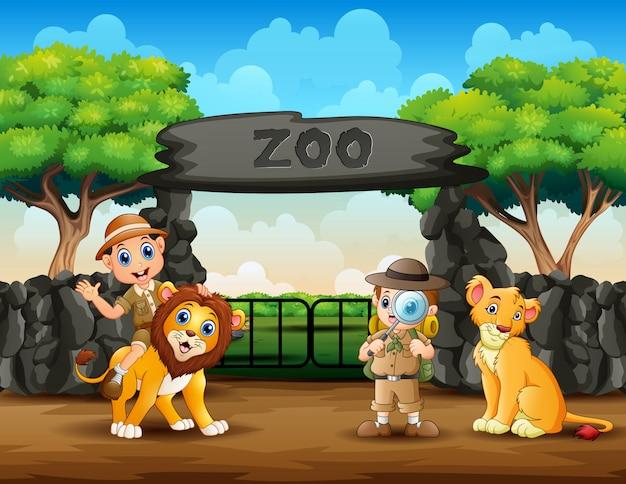 De dierenverzorgerjongens en wilde dieren in de dierentuin