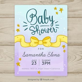 De doucheuitnodiging van de baby met geel lint