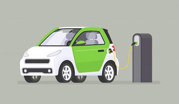 De elektrische auto wordt opgeladen bij het laadstation
