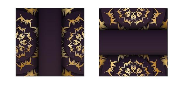 De folder is bordeauxrood met een antiek gouden patroon en is klaar om gedrukt te worden.