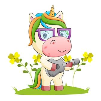 De gelukkige eenhoorn speelt gitaar en gebruikt de illustratie van de bril